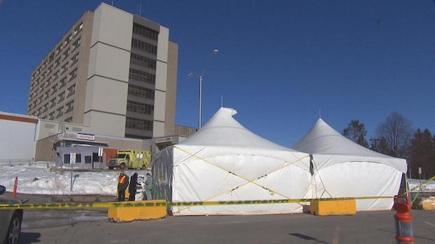 Des chapiteaux installés devant l'Hôpital du Centre-de-la-Mauricie, à Shawinigan.