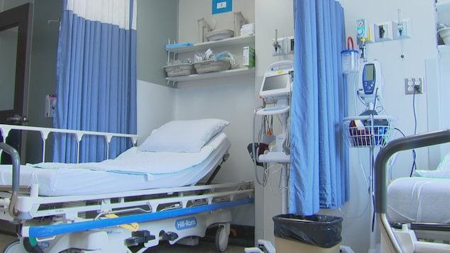 Un lit d'hôpital entouré d'appareils médicaux