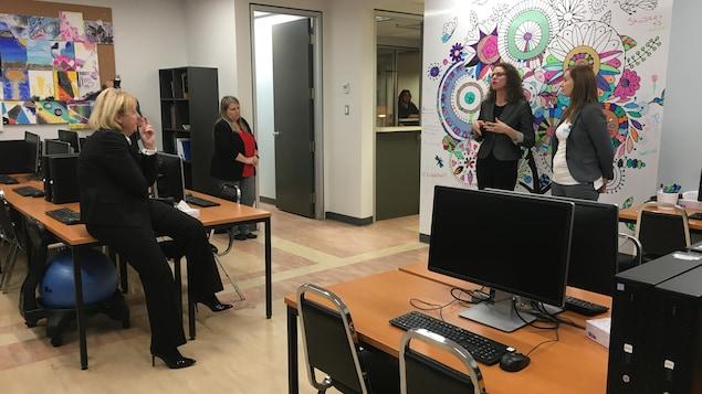 La rectrice de l'UQAC, Nicole Bouchard, et des intervenantes dans l'un des locaux de la nouvelle clinique.
