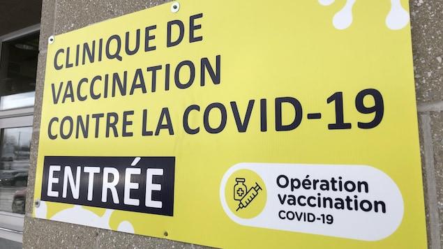 Une pancarte indiquant l'entrée de la clinique.