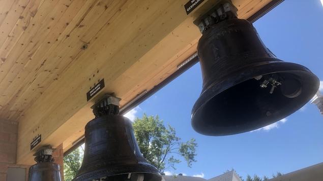 Trois cloches suspendues.