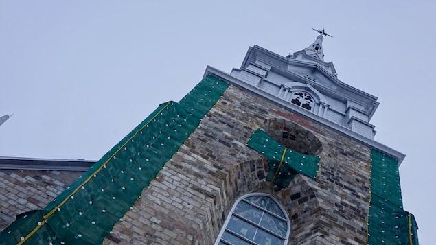Vue en contre-plongée du clocher de la cathédrale de Rimouski. La flèche n'est pas en ligne droite avec la base.