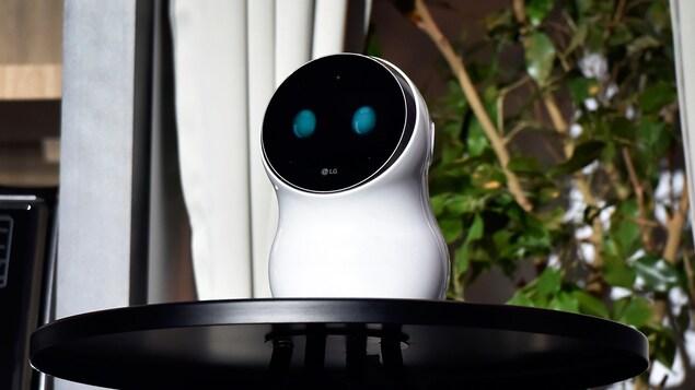 Le robot blanc et de forme arrondie  CLOi de la compagnie LG présenté lors du CES 2018