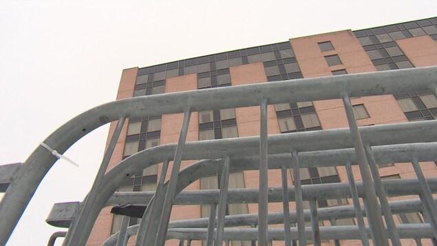 Des barrières de sécurité à l'extérieur d'un hôtel
