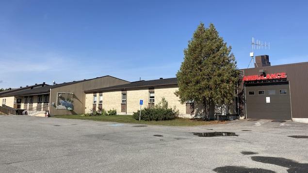 L'édifice du centre de santé, avec le garage pour l'ambulance.