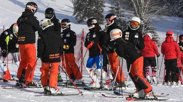 Des jeunes et des entraîneurs du Club alpin du Mont-Comi, au pied de la montagne.