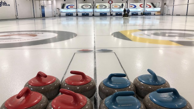 Des pierres sur une glace de curling.