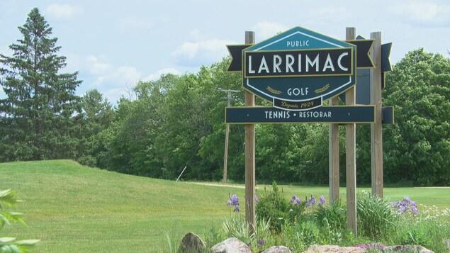 Une pancarte qui indique le club de golf Larrimac à Chelsea.