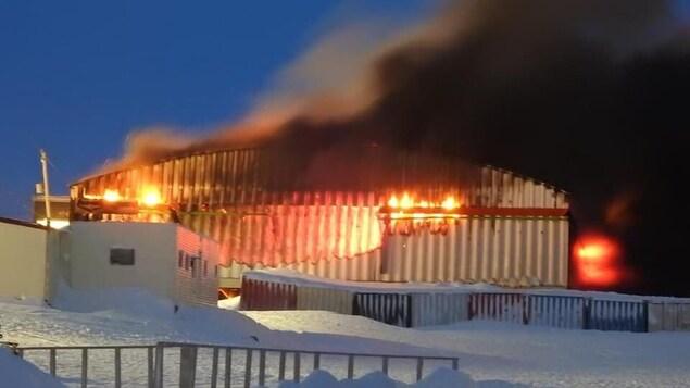 L'épicerie en flammes.