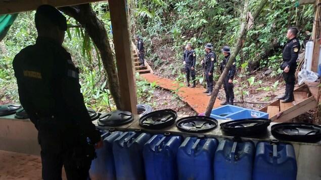 Des agents de la Police nationale civile guatémaltèque procèdent au démantèlement d'un laboratoire de transformation de coca à Izabal, au Guatemala, le 19 septembre 2019.