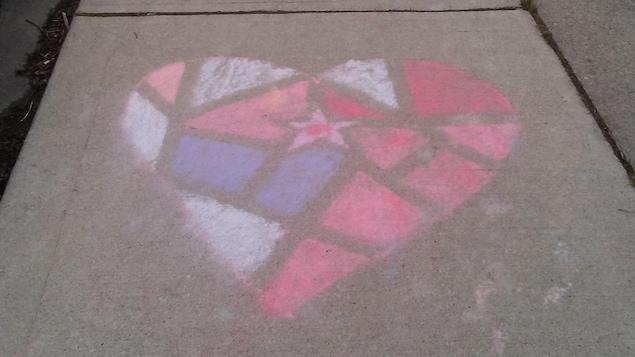 Un cœur dessiné à la craie sur un trottoir