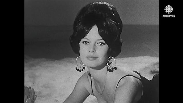 Une femme pose avec une coiffure très élaborée.