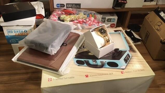 Un tourne-disque, une montre, un cartable et d'autres objets sur une table
