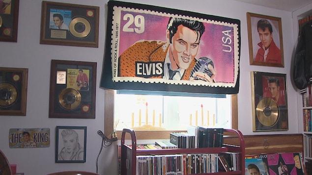Des affiches à l'effigie d'Elvis Presley sont accrochées sur un des murs d'Yvon Poitras.