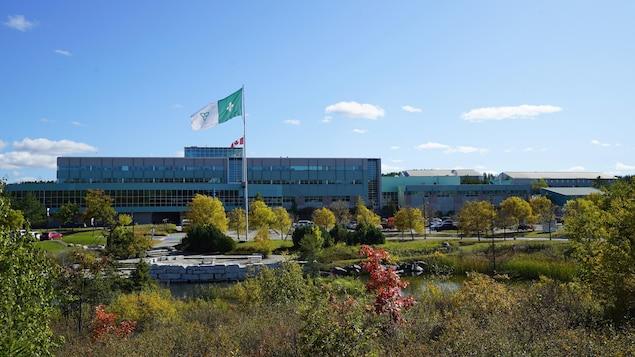 L'édifice principal du collège et le drapeau franco-ontarien.