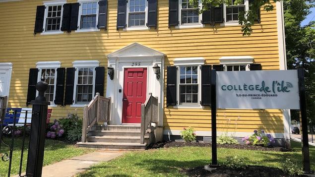 Vue de la façade des bureaux du Collège de l'île à Charlottetown en été.
