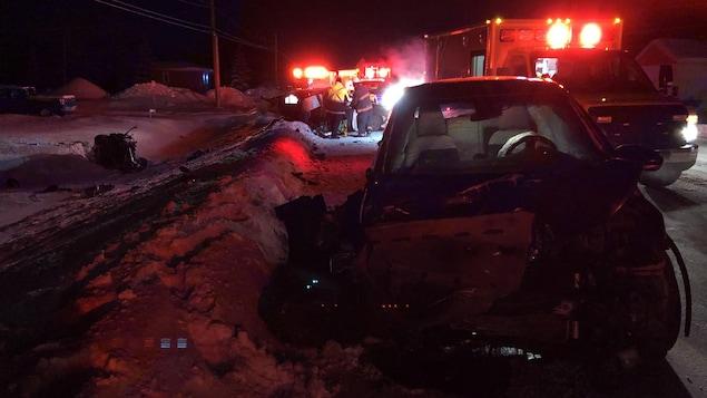 Des véhicules accidentés et des véhicules d'urgence sur la route 117, l'hiver.