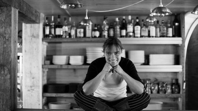 Colombe Saint-Pierre, cheffe du Bic. Elle est assise sur son comptoir de cuisine dans son restaurant.