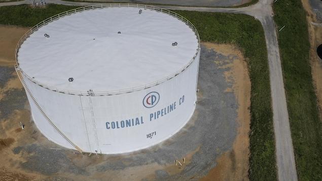 Une vue aérienne d'un réservoir de carburant portant le logo de la compagnie Colonial.