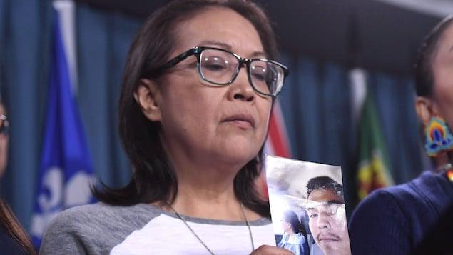 La mère de Colten Boushie, Debbie Baptiste, tient une photo de son fils entre les mains.