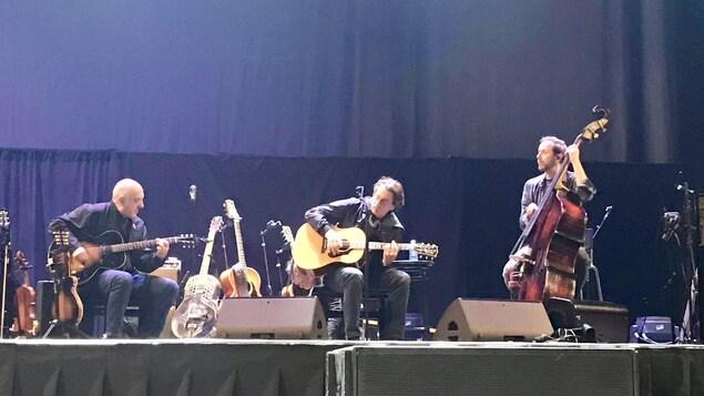 Les deux artistes jouent de la guitare