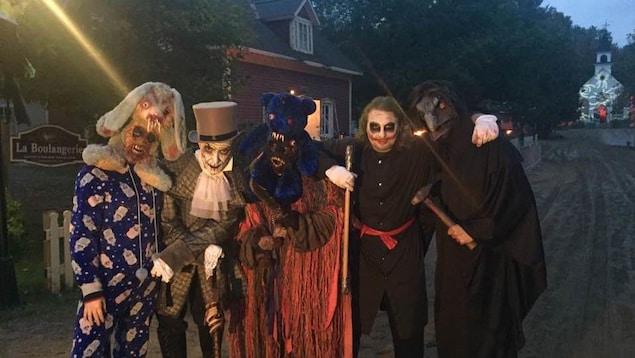 Plusieurs comédiens prêts à déambuler dans les rues du Village hanté de Drummondville.