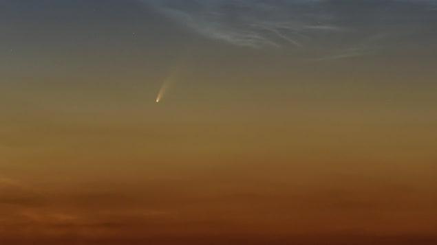 Une petite boule lumineuse suivie d'une traînée dans le ciel.