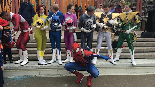 Les Power Rangers et Spiderman flânent à la cinquième Pow annuel, parade des merveilles de Calgary.