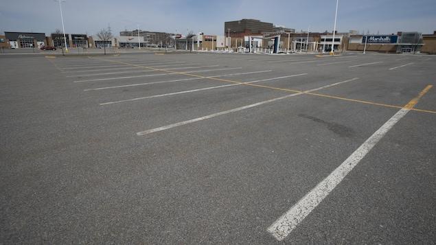 Un stationnement vide près des magasins du Marché central à Montréal.