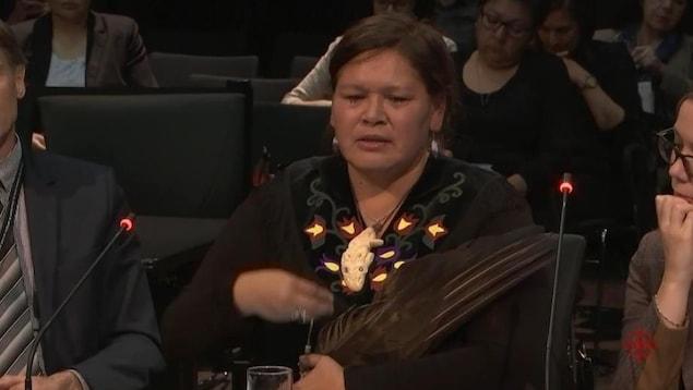La présidente de Femmes autochtones du Québec, Viviane Michel, lors de son témoignage à la commission d'enquête « écoute, réconciliation et progrès », à Val-d'Or.