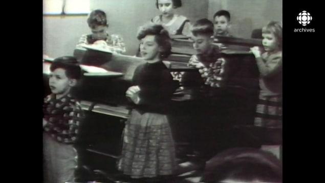 Des élèves dans une classe font la prière.