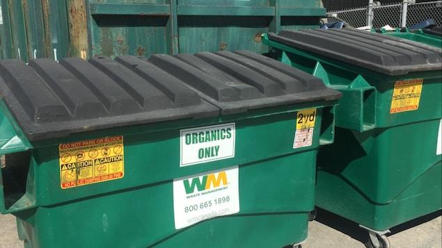 De grosses boîtes de compostage