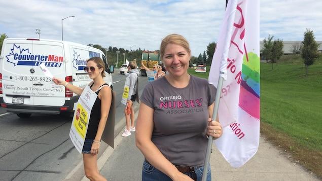Une femme qui tient un drapeau en mains