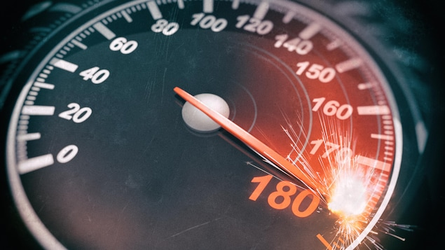L'indicateur de vitesse d'un automobiliste roulant très vite.