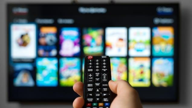 Une télécommande et un téléviseur intelligent.