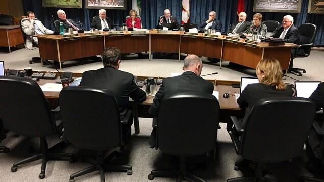 Une salle de réunion avec des conseillers et des maires des municipalité des comtés unis de Prescott et Russell.