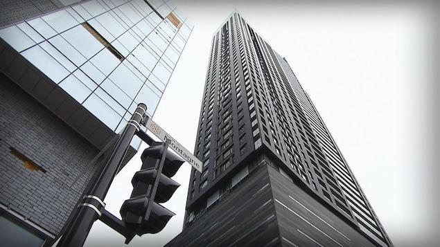 Une tour de condos au centre-ville de Montréal.