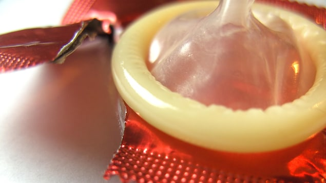Photo d'un préservatif sorti de sa pochette