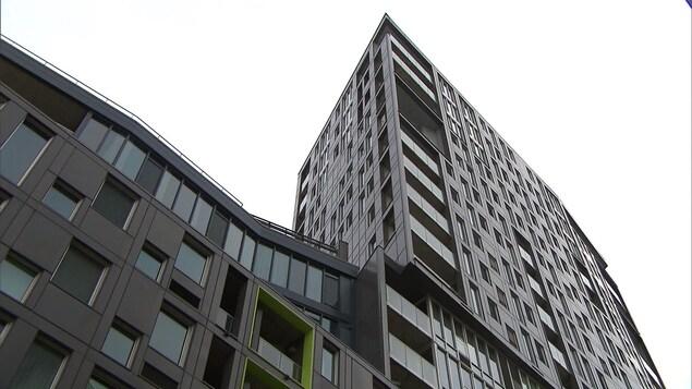 Un immeuble de condos