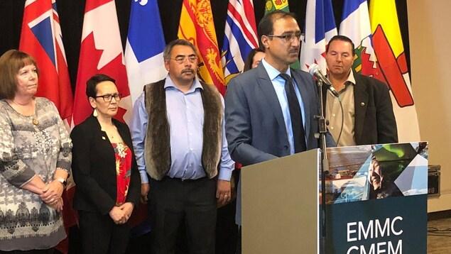 Les ministres provinciaux et territoriaux écoutent le ministres canadiens parler au micro.