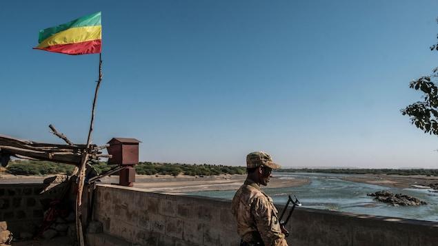 Un soldat armé dans un poste d'observation.