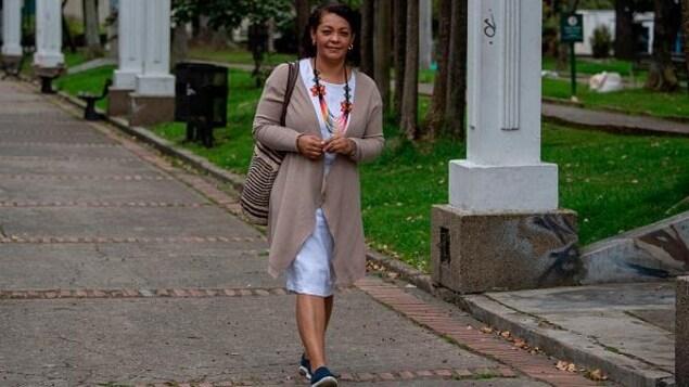 Une femme marche sur un trottoir en Colombie.