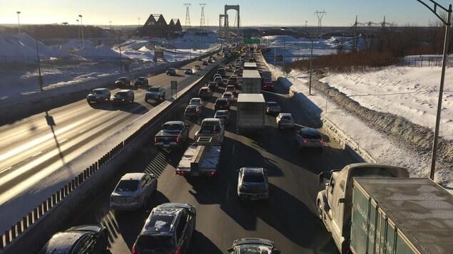 L'accident impliquant au moins cinq véhicules crée une congestion à l'entrée du pont Pierre-Laporte en direction sud.
