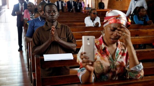 Des fidèles congolais priant dans une église à Kinshasa.