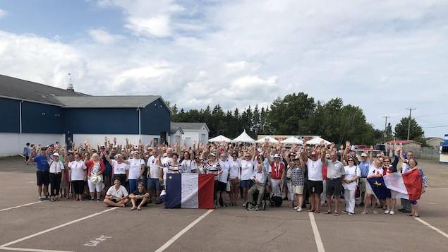 Photo de groupe de plus d'une centaine de personnes.