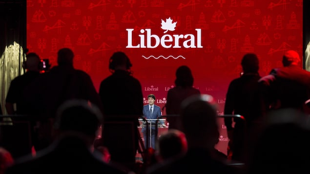 Justin Trudeau s'adresse à une foule.
