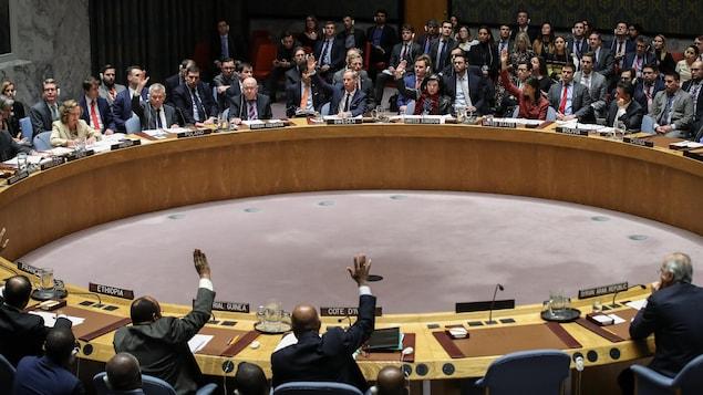 Les membres du Conseil de sécurité de l'ONU procèdent à un vote en avril 2018.