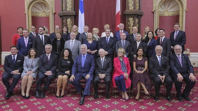 Les membres du Conseil des ministres réunis dans le Salon rouge pour la photo officielle