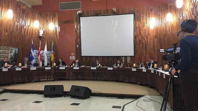 Des élus et la mairesse Josée Néron sont assis autour d'une grande table.