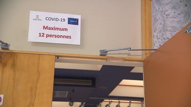 Un panneau affiche le nombre maximum de personnes pouvant assister au conseil municipal de la Ville de Sept-Îles.